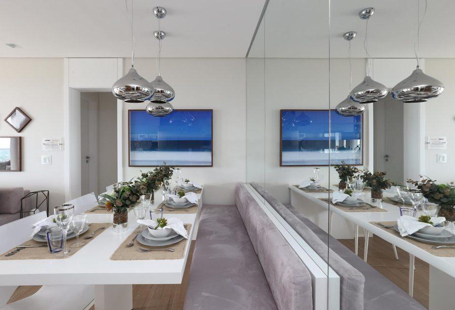 Espelho na sala de jantar decora e amplia ambiente como aplicar